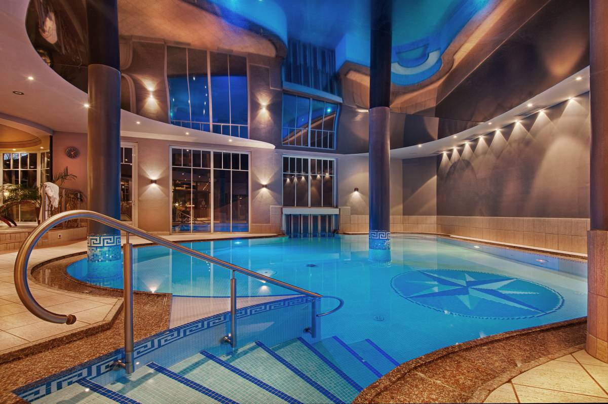 Luxury indoor swimming pool with integrated whirlpool in the A & L Sauna World