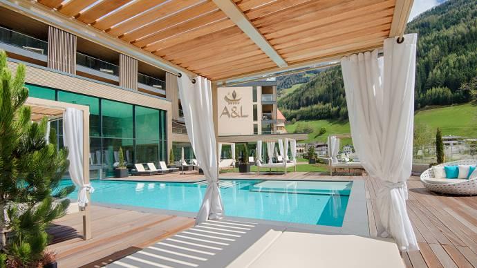Hotel benessere con spa piscine e saune in alto adige - Giardino con piscina esterna ...